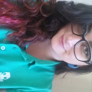 Laura com a camiseta Polo Toxic