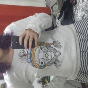 Laura com a camiseta Suedine Machu Picchu