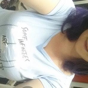 Laura com a camiseta Camiseta A Culpa é das Estrelas