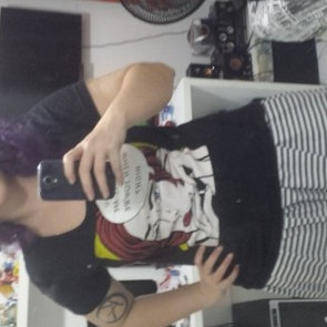 Laura com a camiseta Camiseta Call Me