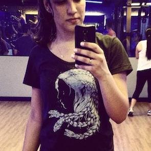 Natasha  com a camiseta Camiseta Mother of Dragons