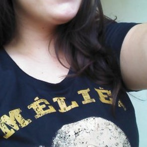 Barbara com a camiseta Camiseta Méliès