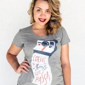Estephany  com a camiseta Camiseta Momento Polaroid