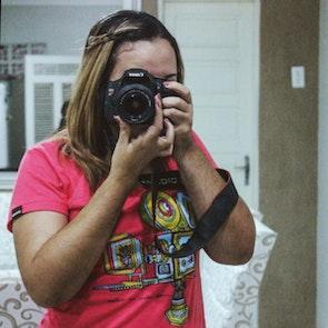 Estephany  com a camiseta Camiseta Uma Ideia na Cabeça
