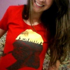 Amanda com a camiseta Camiseta Tolkien