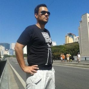 Hugo com a camiseta Camiseta Corujão