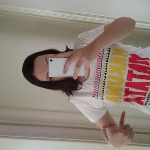 Marina com a camiseta Camiseta Hakuna Matata
