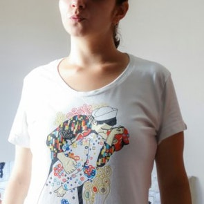 Marina com a camiseta Camiseta O Beijo