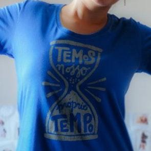 Marina com a camiseta Camiseta Tempo Perdido