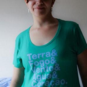 Marina com a camiseta Camiseta Capitão Planeta