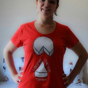 Marina com a camiseta Camiseta Raiz de Minas