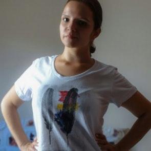 Marina com a camiseta Camiseta Be Yourself