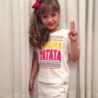 Vanessa Roberta Crepaldi Navarro veste Camiseta Infantil Hakuna Matata