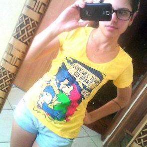 Andressa com a camiseta Camiseta Love Will Tear Us Apart