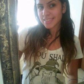 Andressa com a camiseta Camiseta You Shall Not Pass
