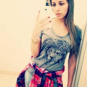 Jacqueline com a camiseta Camiseta Tyrion Lannister