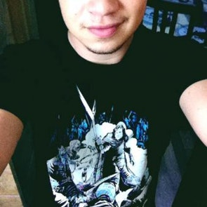 Thiago com a camiseta Camiseta Jon Snow