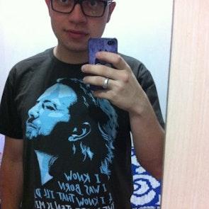 Thiago com a camiseta Camiseta I Am Mine