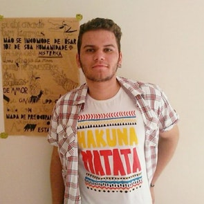Cassiano com a camiseta Camiseta Hakuna Matata