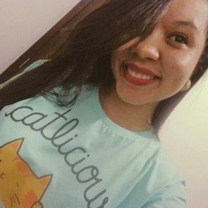 Thainara com a camiseta Camiseta Catlicious