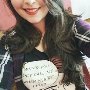 Ailane com a camiseta Camiseta Call Me