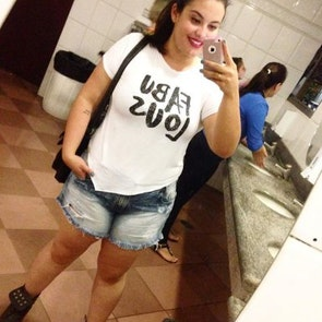 Ariane com a camiseta Fabulous