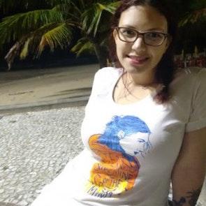 Giovana com a camiseta Camiseta Brilho Eterno
