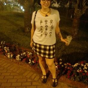 Giovana com a camiseta Camiseta O Estranho Mundo de Tim
