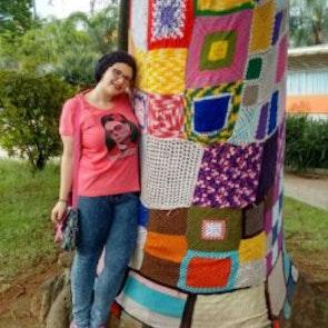 Giovana com a camiseta Camiseta Frida Kahlo