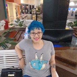 Giovana com a camiseta Camiseta Alice