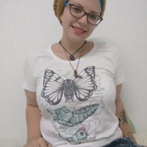 Giovana com a camiseta Camiseta Butterfree