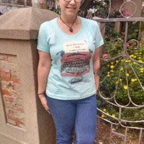 Giovana com a camiseta Camiseta Infinite