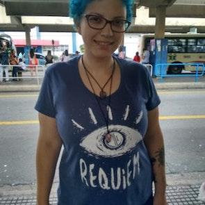 Giovana com a camiseta Camiseta Requiem