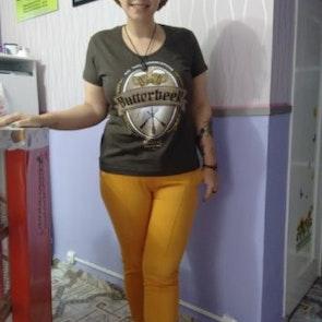 Giovana com a camiseta Camiseta Butterbeer