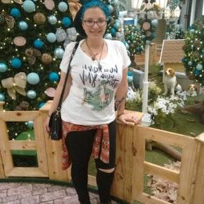 Giovana com a camiseta Camiseta Viaje