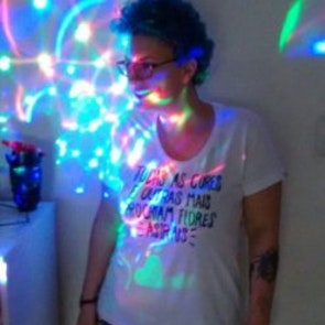 Giovana com a camiseta Camiseta Chakras