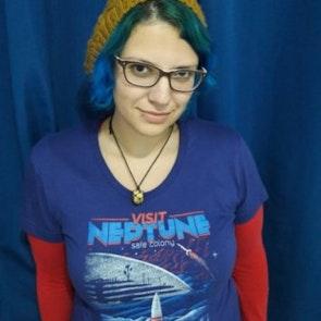 Giovana com a camiseta Camiseta Neptune