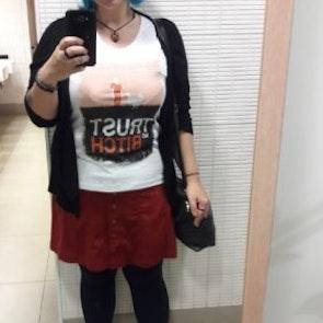 Giovana com a camiseta Camiseta Orange