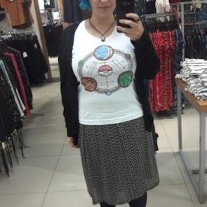 Giovana com a camiseta Camiseta Pokédex