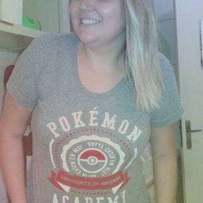 Isadora com a camiseta Camiseta Pokémon University