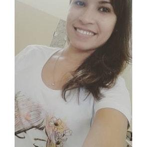 Glauce com a camiseta Camiseta Flora