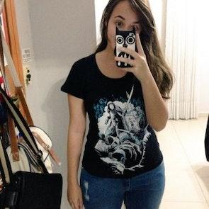 Débora  com a camiseta Camiseta Jon Snow