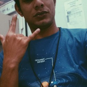 Elder bruno  com a camiseta Camiseta Praticamente Inofensiva