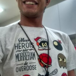 Elder bruno  com a camiseta Camiseta Pesadelo dos Gamers