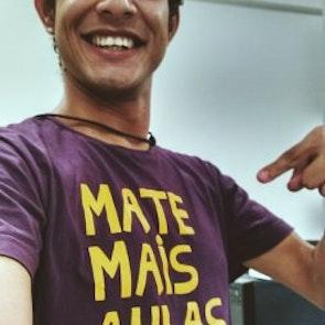 Elder bruno  com a camiseta Camiseta Mate mais aulas