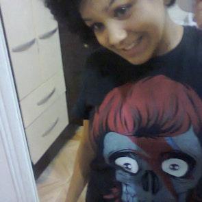 Adriana com a camiseta Camiseta Bowie Skull