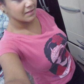 Adriana com a camiseta Camiseta Frida Kahlo
