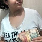 Patricia de Souza Monteiro veste Camiseta Pobreza
