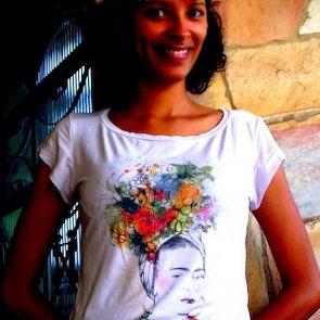 Flávia com a camiseta Camiseta Viva La Vida