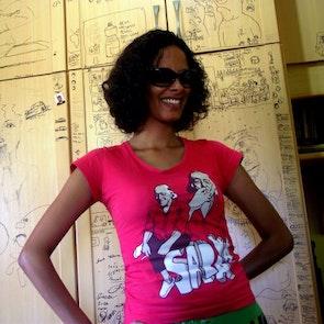 Flávia com a camiseta Camiseta Vinicius de Moraes